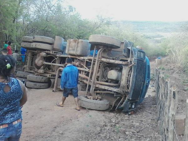 Caminhão tomba na cidade de Piripiri (Crédito: Reprodução)