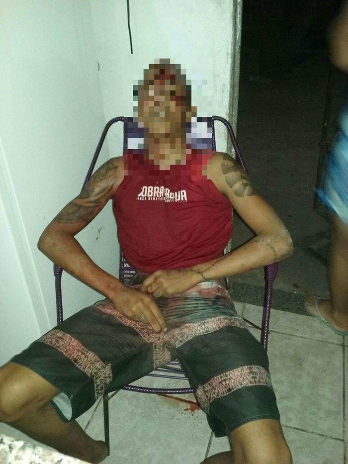 Rapaz sentou na cadeira após receber o tiro (Crédito: Reprodução)