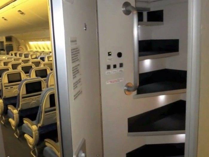 Escada que leva aos quartos (Crédito: Reprodução)