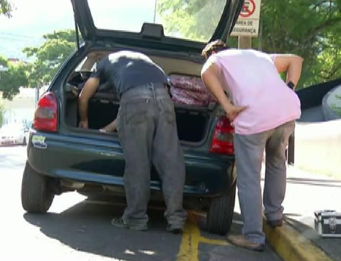 Carro que foi encontrado o corpo da vitima (Crédito: Reprodução)