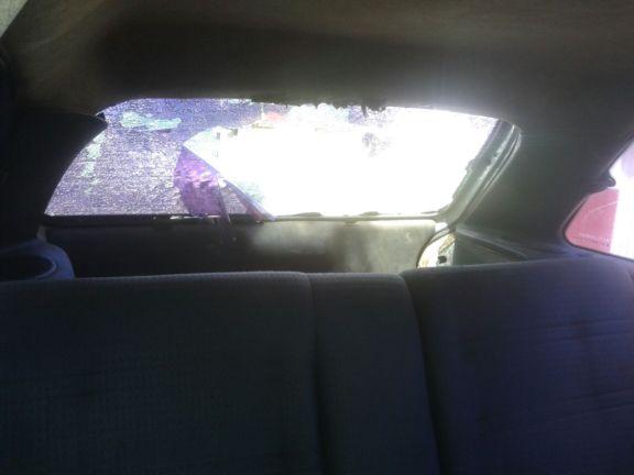 Carro do policial foi quebrado (Crédito: blog do catita)