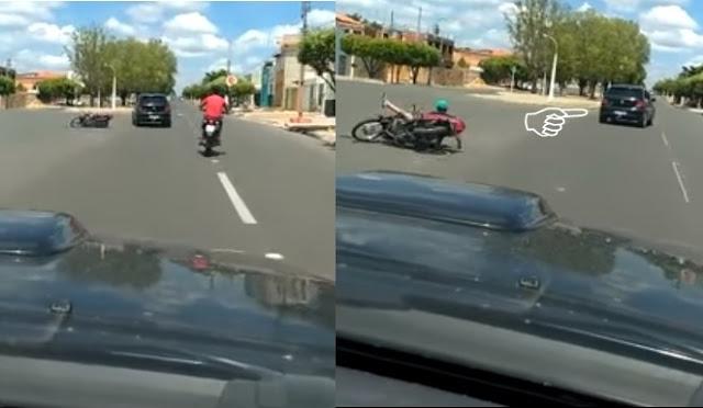 Momento em que motociclista é derrubado (Crédito: Reprodução)