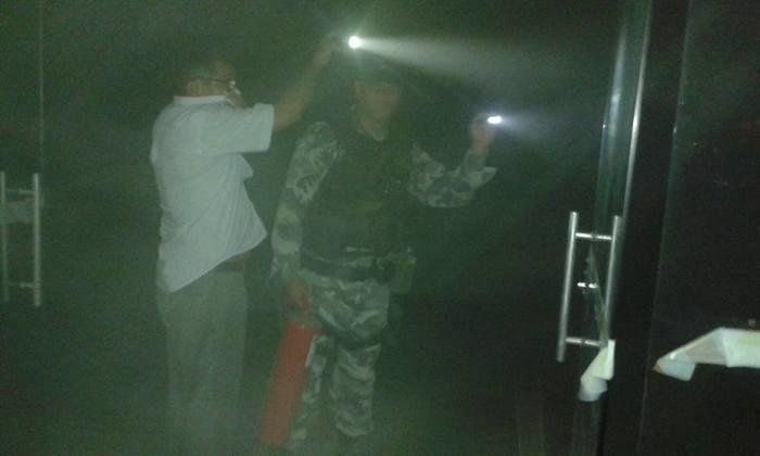 Policiais ajudaram a conter incêndio (Crédito: portaldecampomaior)