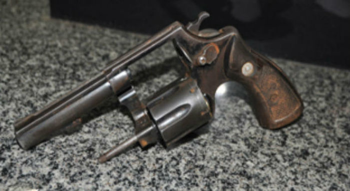 Arma apreendida com os suspeitos (Crédito: portalsaojoanense)