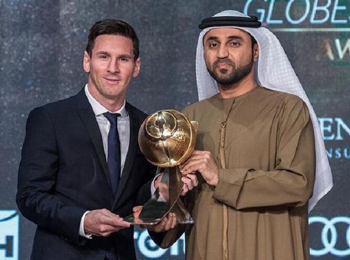 Messi recebe o prêmio Globe Soccer de melhor jogador do mundo em 2015 (Crédito: Divulgação)