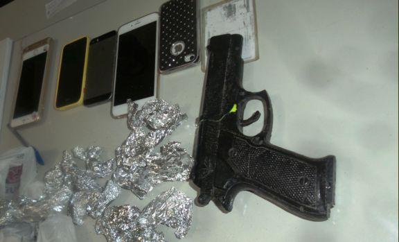 Celulares das vítimas e arma de brinquedo encontrado com os acusados  (Crédito: portalcatita)