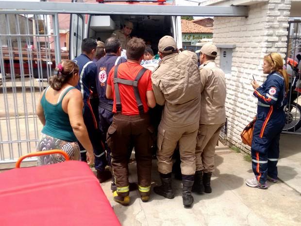 Mulher sendo resgatada (Crédito: Corpo de Bombeiros/Divulgação)