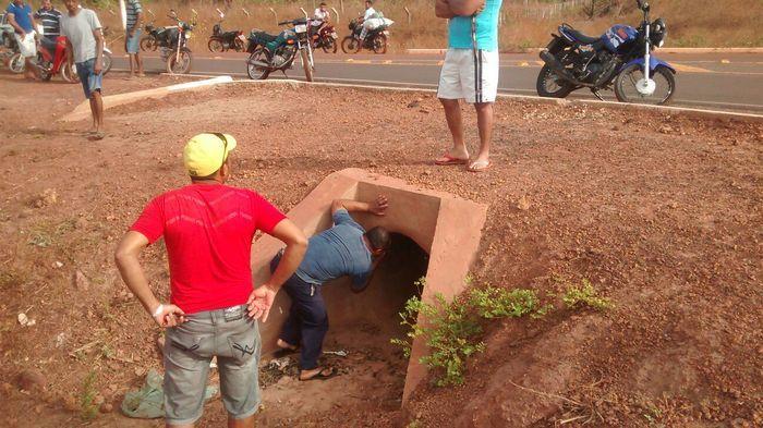 Corpo de mulher é encontrado em estado de putrefação em boeiro (Crédito: Mateus Carvalho e Damião Soares )