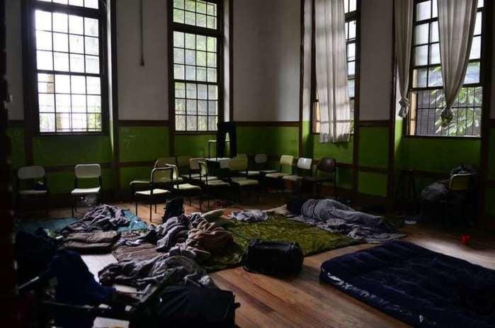 Dormitório improvisado por invasores
