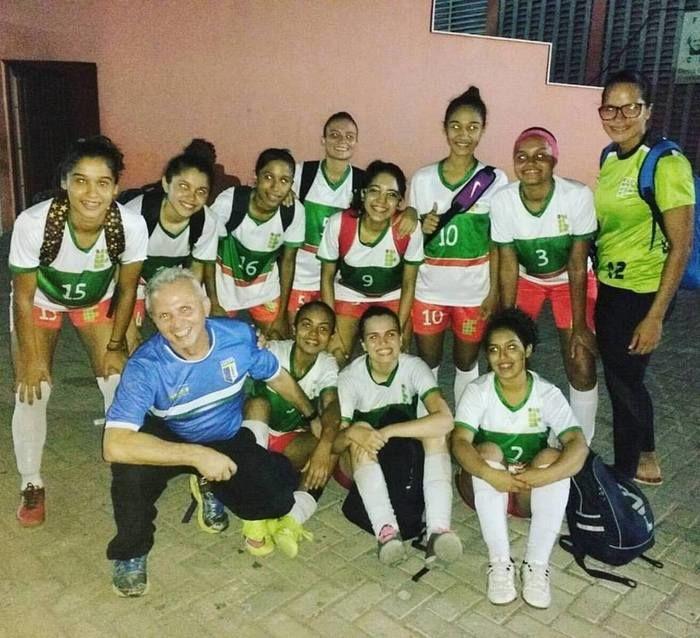Hélio ao lado de um time feminino