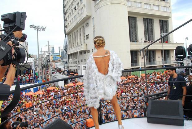 Vestida de anjo, Claudia Leitte dá início a sua maratona no carnaval de Salvador - Imagem 2