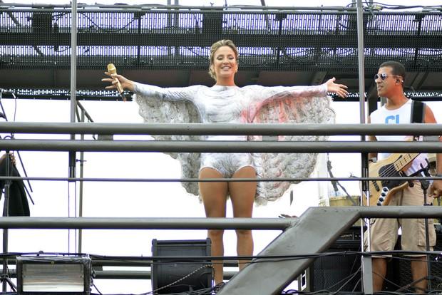 Vestida de anjo, Claudia Leitte dá início a sua maratona no carnaval de Salvador - Imagem 7