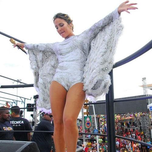 Vestida de anjo, Claudia Leitte dá início a sua maratona no carnaval de Salvador