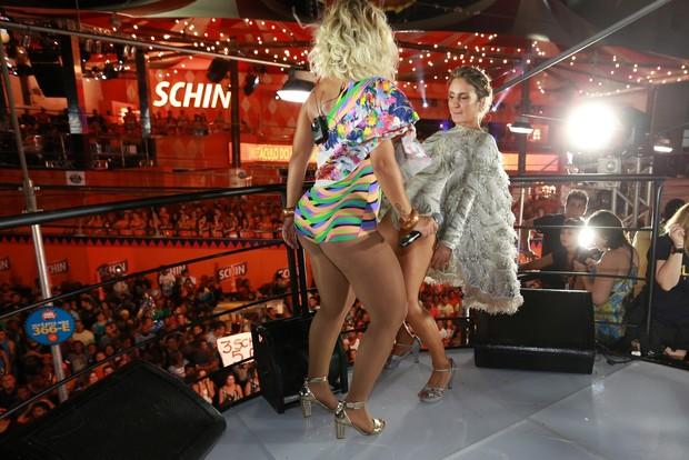 Claudia Leitte canta com Valesca Popozuda e público faz beijaço gay