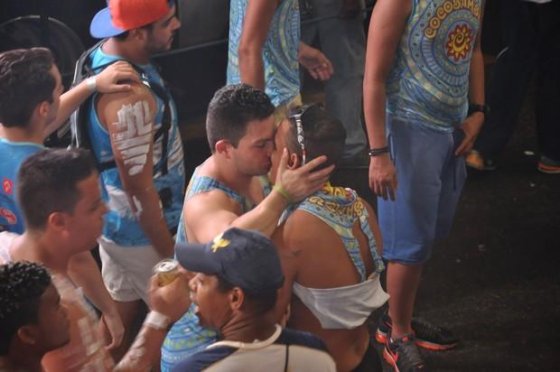 Claudia Leitte canta com Valesca Popozuda e público faz beijaço gay - Imagem 4