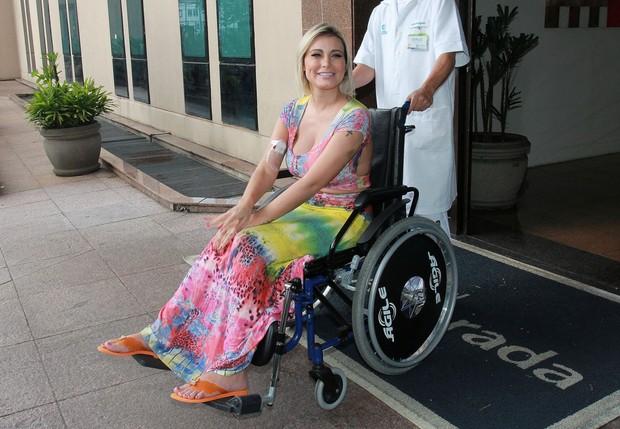 Andressa Urach deixa o hospital após 12 dias internada