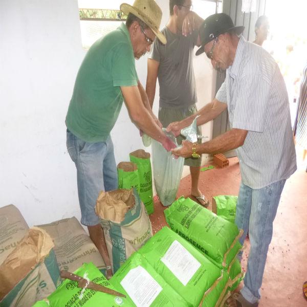 Secretaria de agricultura faz distribuicão de sementes