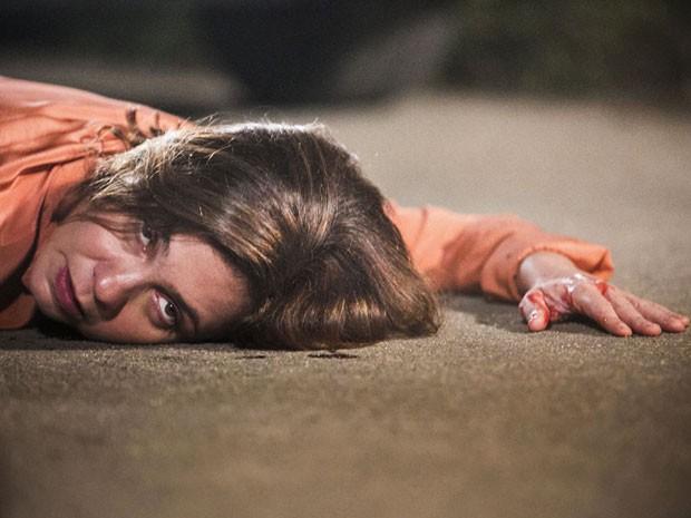 Inês leva tiro de Beatriz, mas resiste