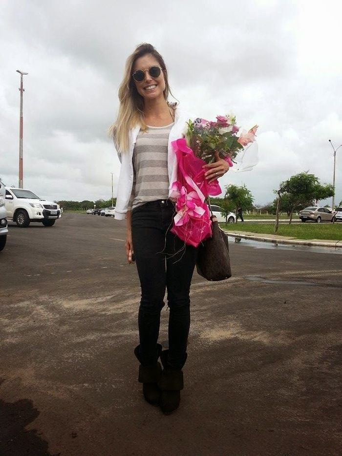 Ex-BBB Flávia Viana é tietada por fãs ao desembarcar no aeroporto de Parnaíba para Paixão de Cristo - Imagem 1