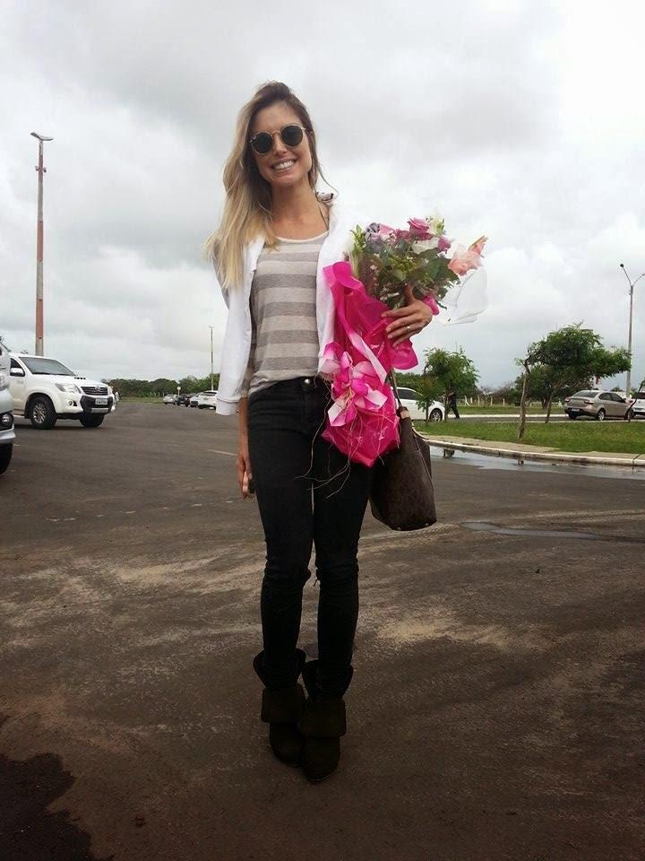 Ex-BBB Flávia Viana é tietada por fãs ao desembarcar no aeroporto de Parnaíba para Paixão de Cristo