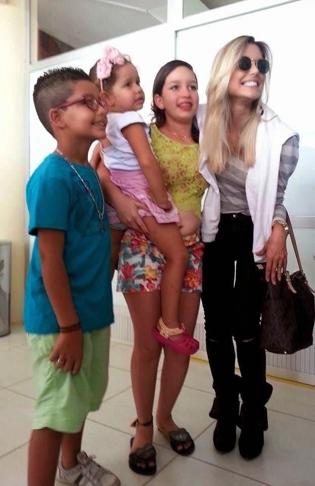 Ex-BBB Flávia Viana é tietada por fãs ao desembarcar no aeroporto de Parnaíba para Paixão de Cristo - Imagem 3
