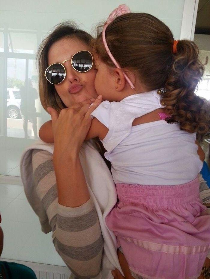 Ex-BBB Flávia Viana é tietada por fãs ao desembarcar no aeroporto de Parnaíba para Paixão de Cristo - Imagem 2