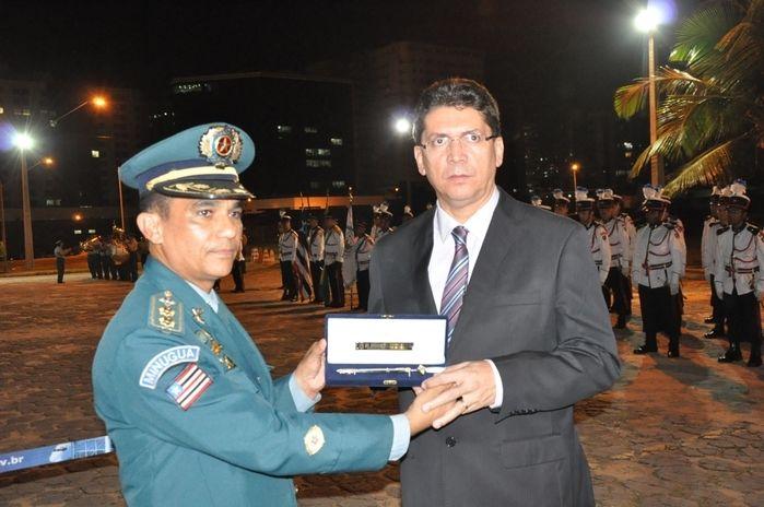Comandante Carlos Moreira entrega brasão ao secretário Jefferson Portela