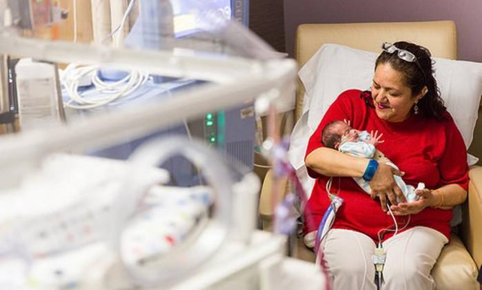 A avó de Angel com o bebê