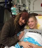 Johnny Depp visita crianças com câncer vestido de Jack Sparrow
