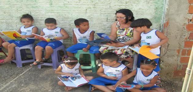 Kombi repleta de livros leva crianças para o mundo da literatura
