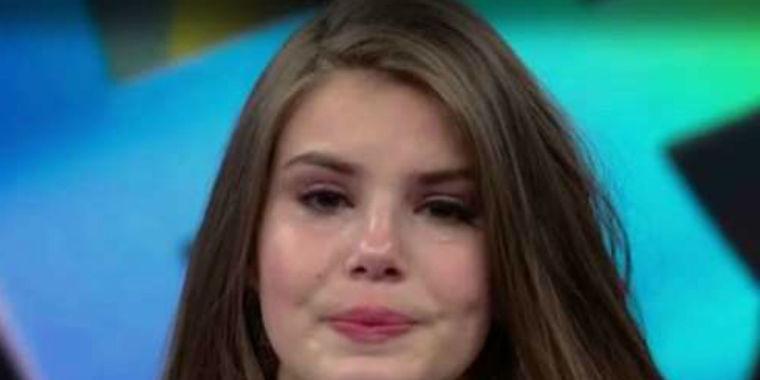"""Camila Queiroz chora no """"Domingão do Faustão"""": """"Sou muito carente"""""""