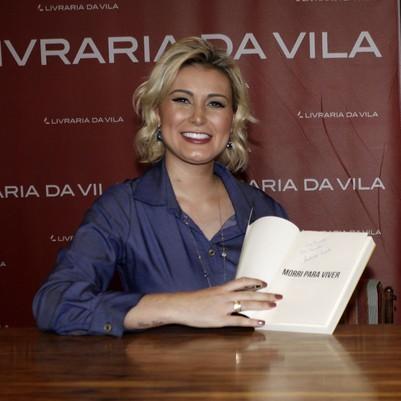 """Andressa Urach lança biografia em SP com presença de """"famosos"""""""