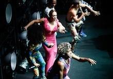 Susana Vieira beija mulher e dança funk até o chão em festa