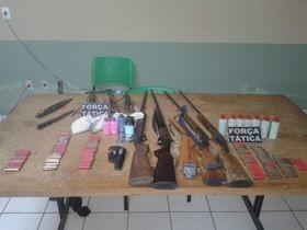 Força Tática Paulistana prende homem com várias espingardas e munições.