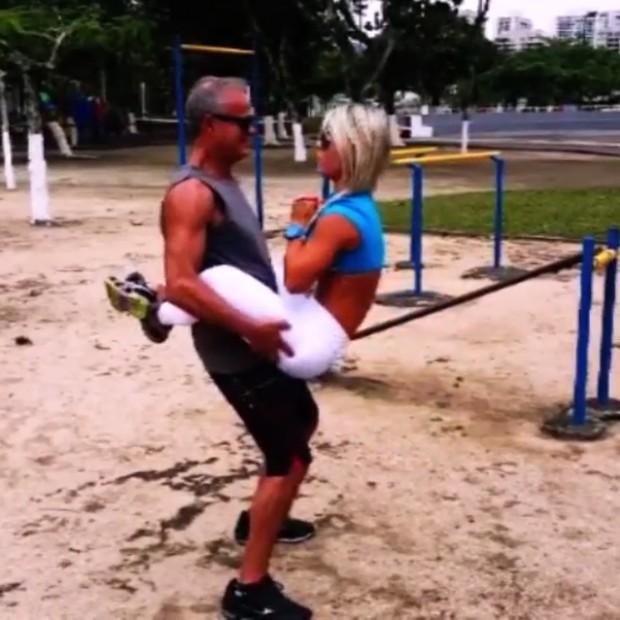 45dfe2ecd Kadu Moliterno e a namorada ousam nas posições do abdominal
