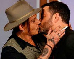 Johnny Depp beija um apresentador na boca em programa de televisão