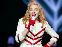 Madonna teria obrigado um dançarino a beijar seus pés, diz jornal
