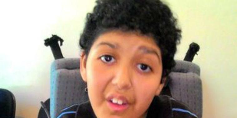Menino sofre paralisia para salvar irmã e é abandonado pelos pais
