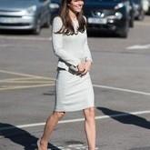 Kate Middleton usa vestido branco de R$2 mil em visita a presídio