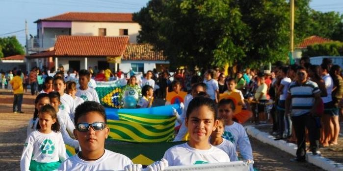Prefeita Vânia Ribeiro se encanta com as belas apresentações do desfile cívico de 7 de Setembro em Cajueiro da Praia