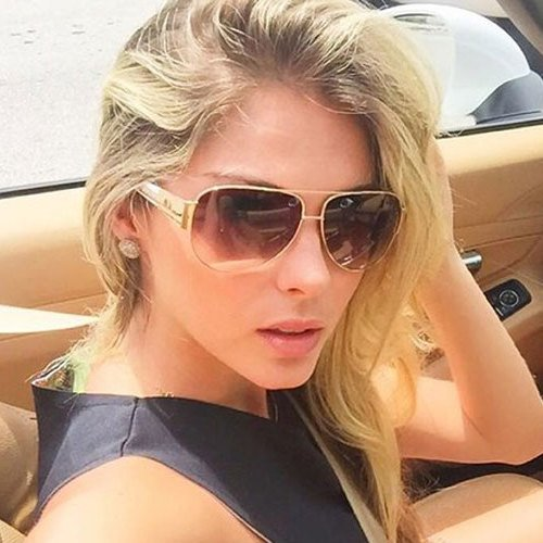 4804be849b5d4 Bárbara Evans  ostenta  com carrão em Miami e posta foto