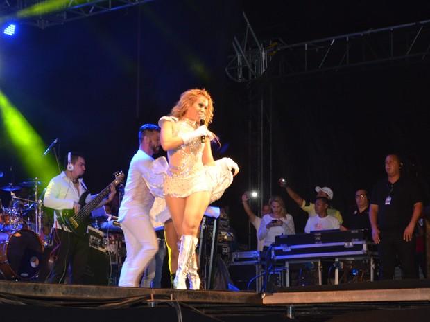 Joelma interagiu no palco com os fãs