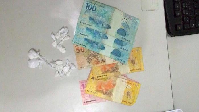Droga e dinheiro apreendidos com Marcelo da Silva Pereira