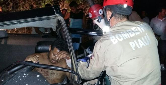 Bombeiros tiram vítima de dentro do carro
