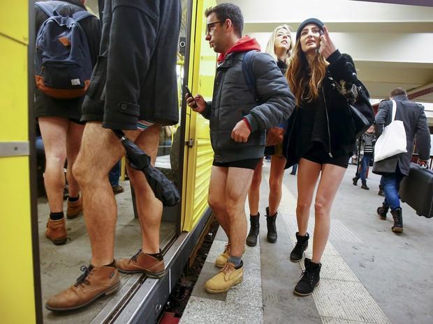 """Pessoas participam do evento """"Viagem sem calça no metrô""""; em Berlim, na Alemanha (Crédito: Hannibal Hanschke/Reuters)"""