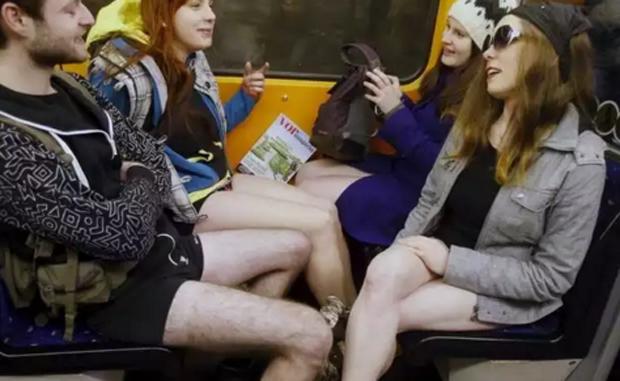 Passageiros sem calças no metrô de Viena, na Áustria (Crédito: Heinz-Peter Bader/Reuters)