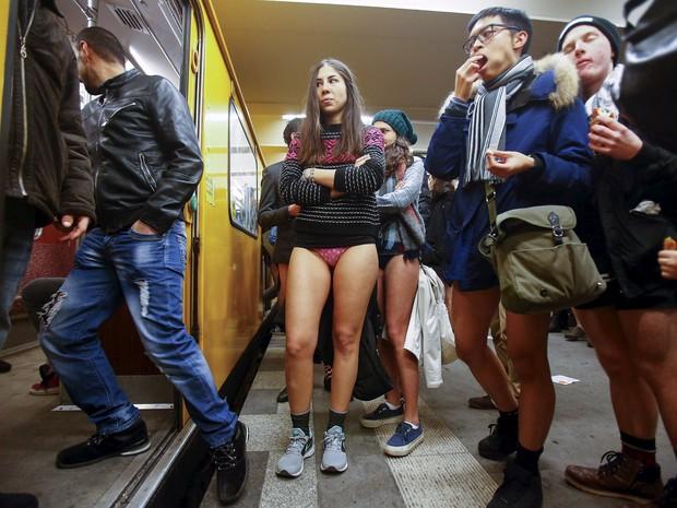 """Pessoas participam do evento """"Viagem sem calça no metrô"""" em Berlim, na Alemanha  (Crédito: Hannibal Hanschke/Reuters))"""