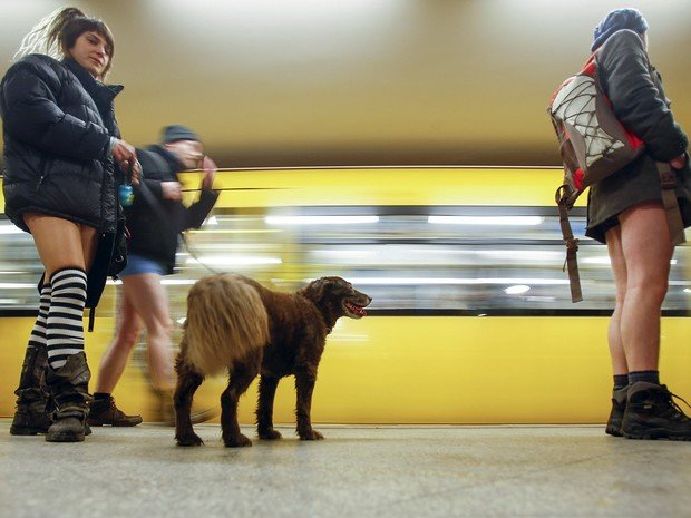 """Pessoas participam do evento """"Viagem sem calça no metrô""""; em Berlim, na Alemanha (Crédito: Hannibal Hanschke/Reuters))"""