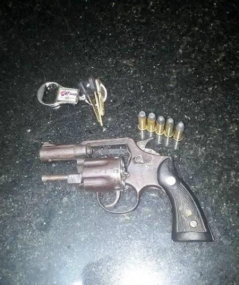 Arma apreeendida com a dupla