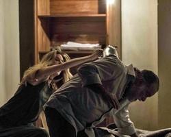 Kiki supreende Zé Maria com uma faca e consegue fugir de cativeiro